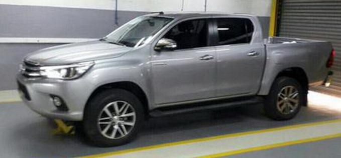 2016-Toyota-Hilux-Revo-side